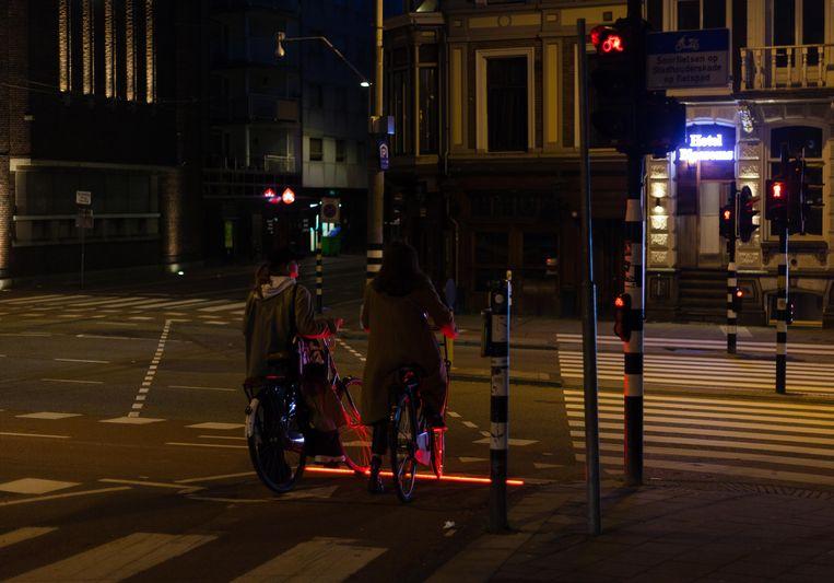 Op het gevaarlijke kruispunt Ferdinand Bolstraat-Stadhouderskade is een ledstrip aangebracht om fietsers te bewegen niet door rood te rijden. Beeld Nina Schollaardt