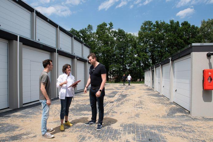 Kevin Hensen (links) en Dennis ten Hove krijgen de sleutel van hun garagebox. Ylona Tichelaar geeft uitleg.