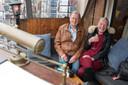 Geert van der Werve en Agnes de Hilster zitten tegen de gevel van Marktzicht in Zierikzee, één van hun vaste kroegen. Ze gaan erna nog door naar hun stamkroeg in de Visstraat, eetcafé Kort Dag.