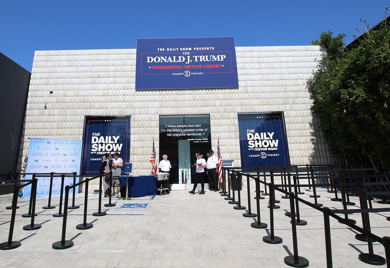 Het satirische programma The Daily Show richtte alvast een 'Presidential Twitter Library' op voor voormalig president Donald Trump. Beeld Getty Images for Comedy Central