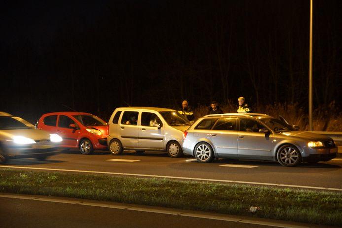 Drie auto's waren betrokken bij het ongeluk rond 19.30 uur.