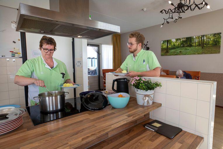 Hetty Davidse en Bart van Bussel in verpleeghuis Vivent Hof van Hintham, waar recent twaalf bewoners besmet raakten met het coronavirus.  Beeld Werry Crone