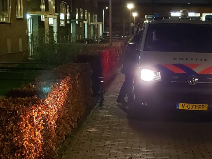 De Zwolse politie heeft donderdagavond iemand aangehouden in een woning aan de Meppelerstraatweg.