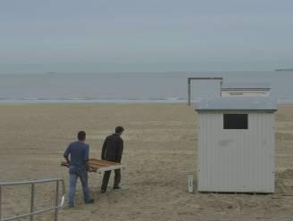 Strandcabines beschadigd door felle rukwinden