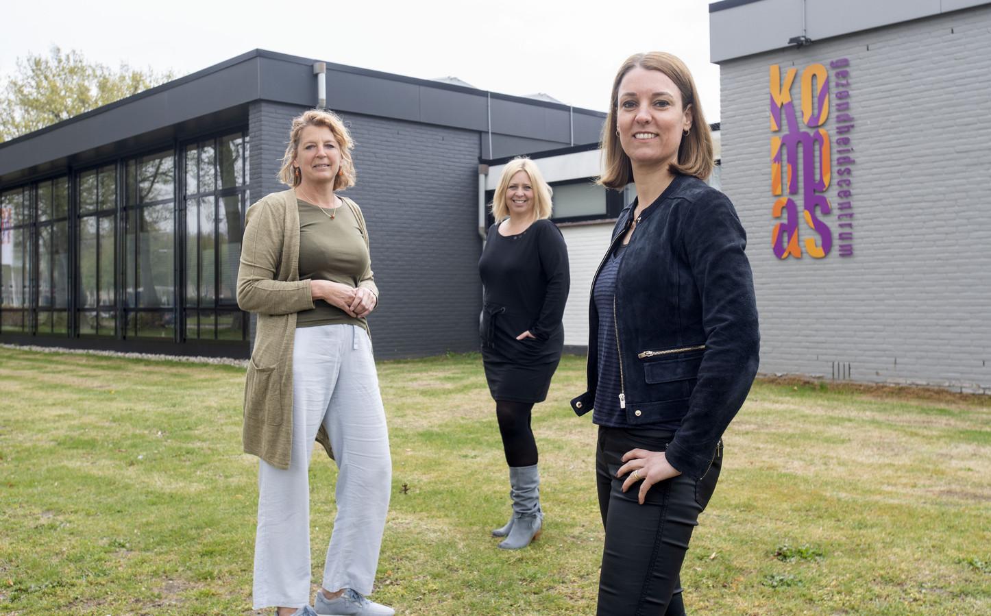 Het gezondheidscentrum in Groot Driene wordt uitgebreid. Vanaf links: huisarts Sandra Bruns, kinderfysiotherapeut Sandra Wezenberg en leefstijlcoach Annet Holtus-Rouweler.