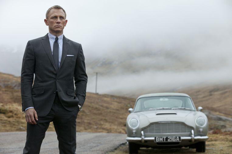 Daniel Craig als James Bond naast zijn onafscheidelijke Aston Martin in 'Skyfall'. Beeld AP