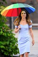 Kate met haar regenboogparaplu.