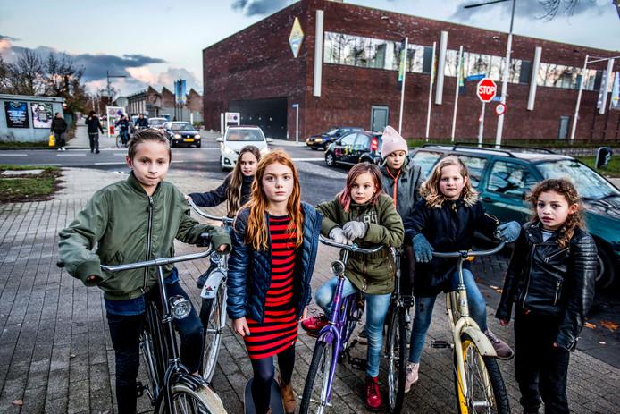 Remi van de Hoven (links) pleit met een groep vrienden voor maatregelen op de onveilige kruising achter hem. Vierde van links Billie Kocx, schuin achter haar haar zus Daantje, helemaal rechts Maré Bernabela.
