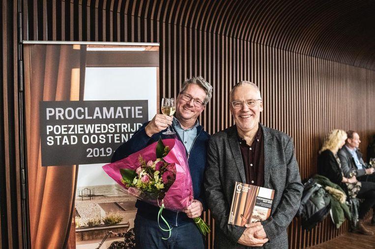 Jan-Paul Rosenberg wint de Poëziewedstrijd van Stad Oostende, hier met schepen Bart Plasschaert.