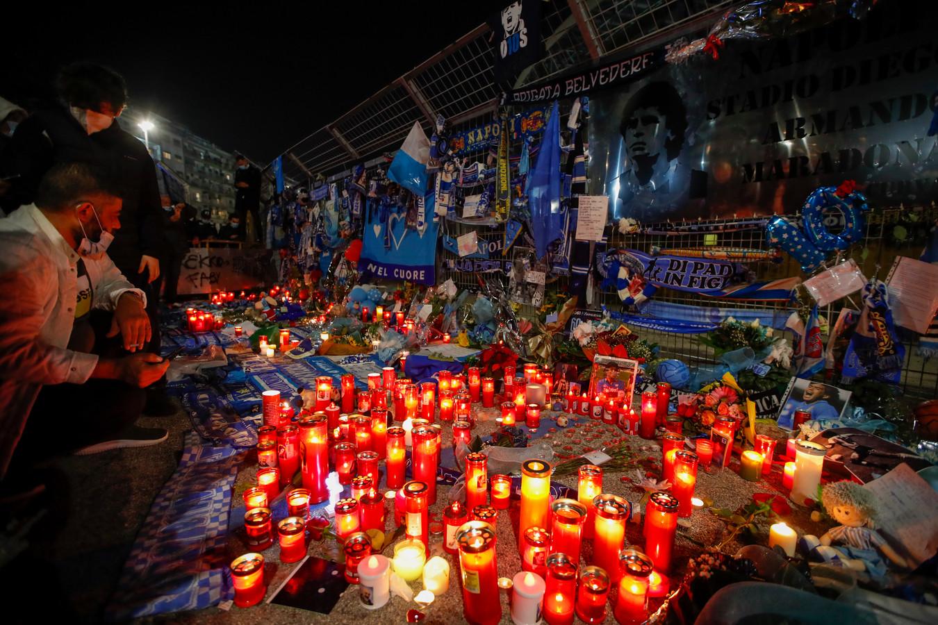 Buiten San Paolo worden kaarsen aangestoken ter ere van Maradona.
