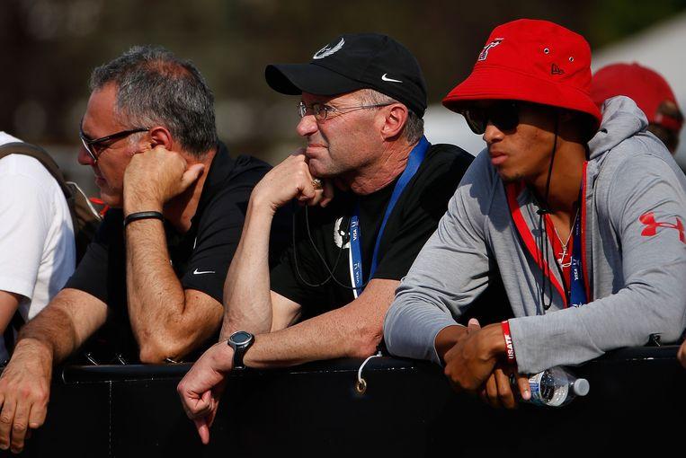 Ex-atleten verklaarden dat coach Alberto Salazar (midden) zich niet hield aan de antidopingregels en ze via de vernuftige inzet van wetenschappelijke methoden trachtte te omzeilen.  Beeld AFP