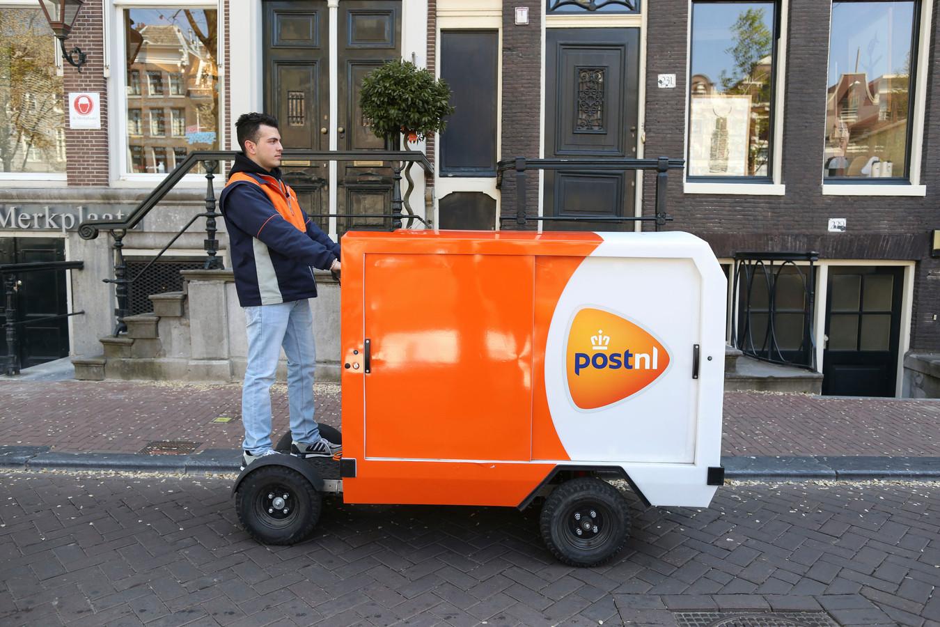 Een elektrische bakfiets waarmee post gehaald en bezorgd kan