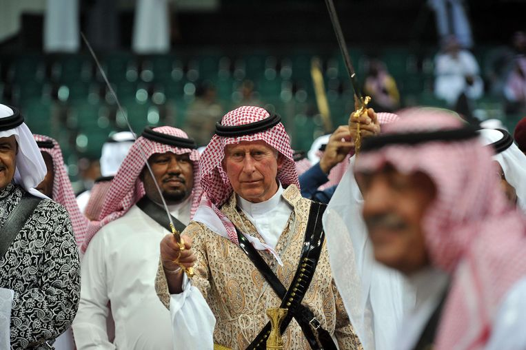 TOPSHOTS Britain's Prince Charles (C) wearing traditional Saudi uniform, dances with sword during the traditional Saudi dancing best known as 'Arda' performed during Janadriya culture festival at Der'iya in Riyadh, on February 18, 2014. Charles arrived in Saudi Arabia on a private visit. AFP PHOTO/POOL/FAYEZ NURELDINE Beeld null