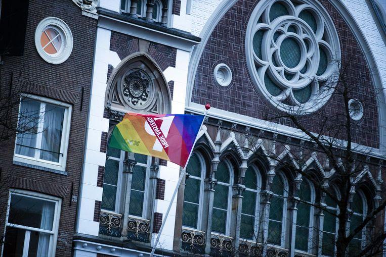 Een regenboogvlag bij de Amsterdamse Keizersgrachtkerk in protest tegen de Nashville-verklaring  Beeld EPA