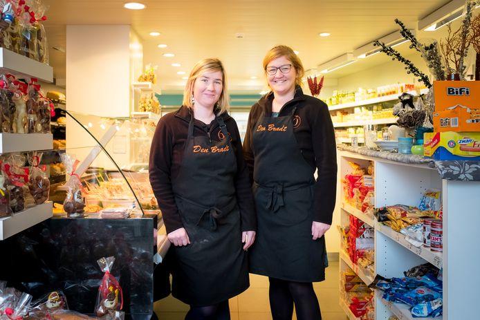Silke en Maaike Bradt in hun buurtwinkel Den Bradt in Tisselt
