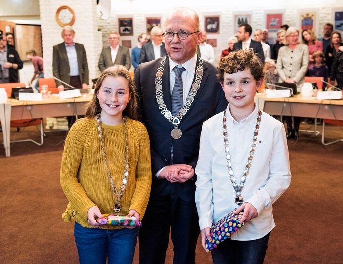 Kinderburgemeesters Sanne Wigt en Lucas Koorn bij hun installatie een jaar geleden door burgemeester Maarten Divendal