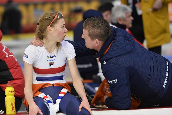 Esmee Visser met haar coach Peter Kolder na haar rit op de 3000 meter tijdens de WK Afstanden.