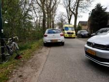 Wielrenner naar ziekenhuis na botsing met stilstaande auto in Sint Agatha