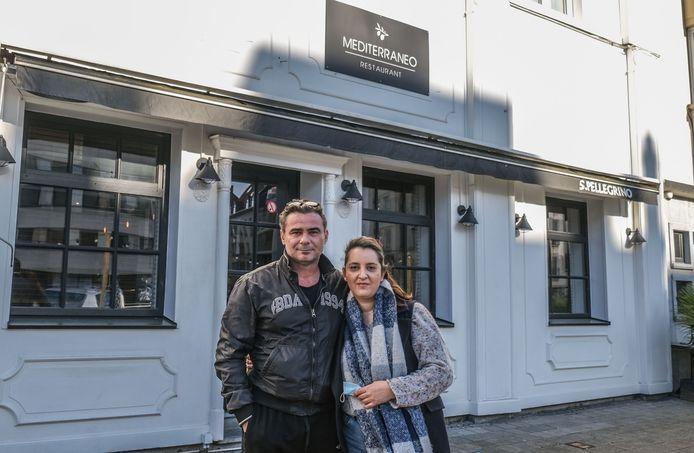 Akis Gkinis en Stephanie Kavadias voor hun Grieks restaurant, op het Casinoplein