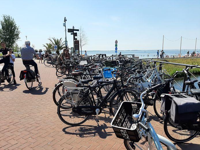 Op drukke dagen worden fietsen overal neergezet, waardoor ze het uitzicht op het water blokkeren.
