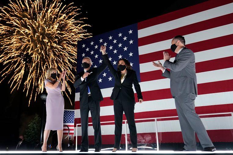 Presidentskandidaat Joe Biden en zijn 'running mate' Kamala Harris, beiden bijgestaan door hun echtgenoten, genieten van het vuurwerk na afloop van de conventie van de Democraten. (20/08/2020) Beeld AP