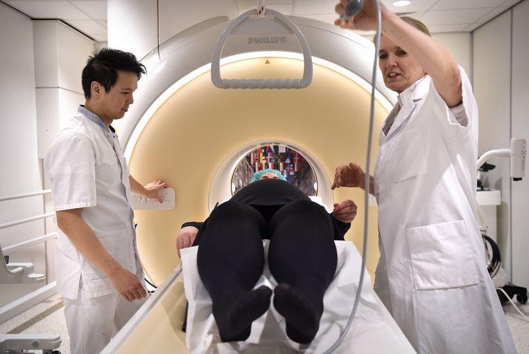 Een zwangere vrouw krijgt een MRI scan voor haar ongeboren kind in het UMC. Beeld Marcel van den Bergh
