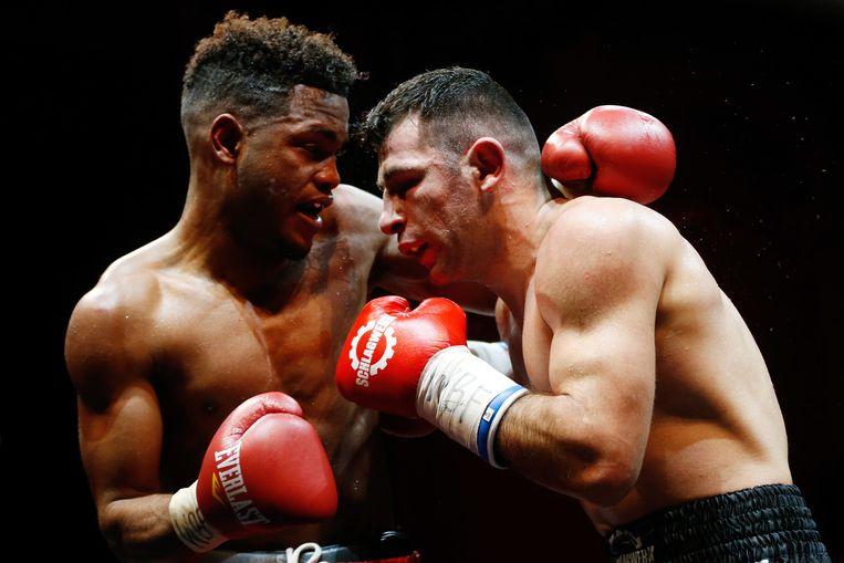 Rafik Harutjunjan en Kevin Dotel in gevecht om de wereldtitel in het weltergewicht. Beeld anp