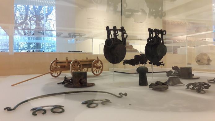 In Museum Het Valkhof in Nijmegen zijn vondsten uit een eerder gevonden Wijchens wagengraf uit de steentijd te zien.