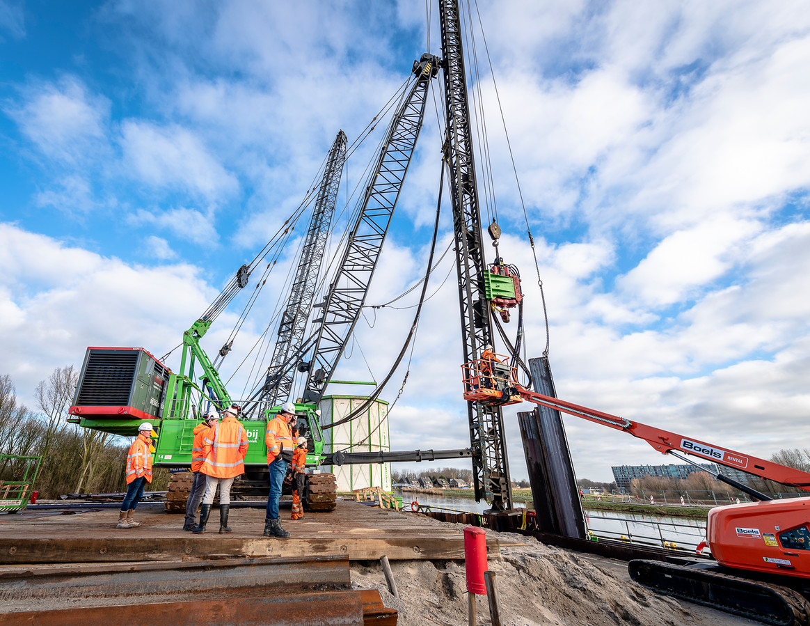 Het werk aan de nieuwe rijksweg A16 Rotterdam begin dit jaar. Bij de klus aan de Rottekade moeten 51 van de 210 damwanden er weer uit, aldus Rijkswaterstaat.