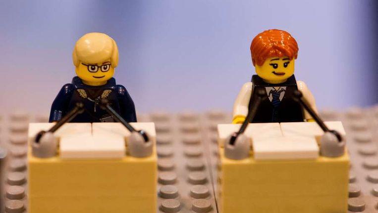 Lego-mannetjes die de Duitse bondskanselier Angela Merkel (R) en haar uitdager Peer Steinbrück moeten voorstellen. Beeld AFP