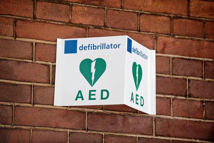 Een bordje geeft aan dat hier een aed - een automatische externe defibrillator - hangt. (Archieffoto.)