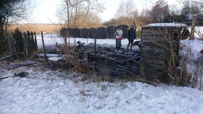 Een treurig hoopje as is het enige dat is overgebleven op de plek waar tot 13 februari nog de caravan van de familie Siebelink uit Nunspeet stond.