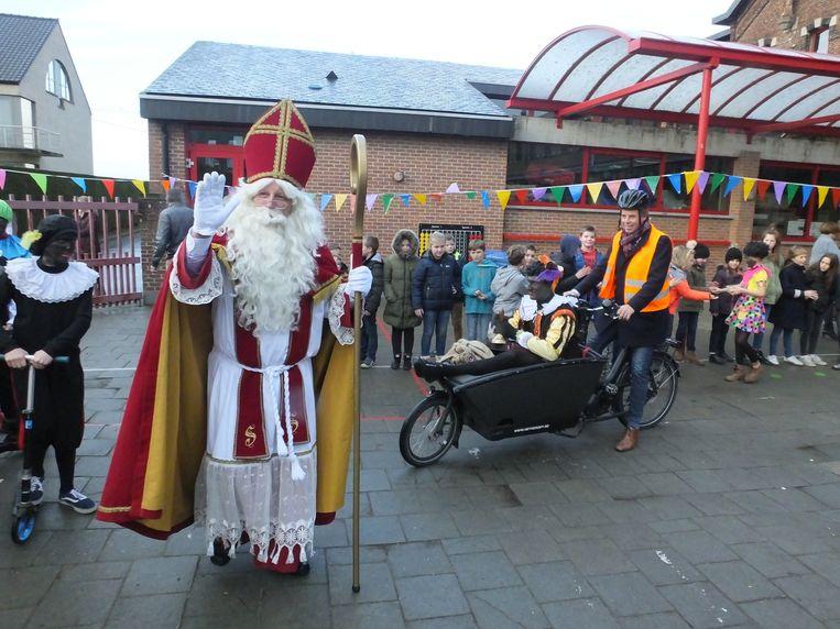 Een van de Zwarte Pieten mocht een ritje maken in de bakfiets van burgemeester Jan Vermeulen (CD&V).