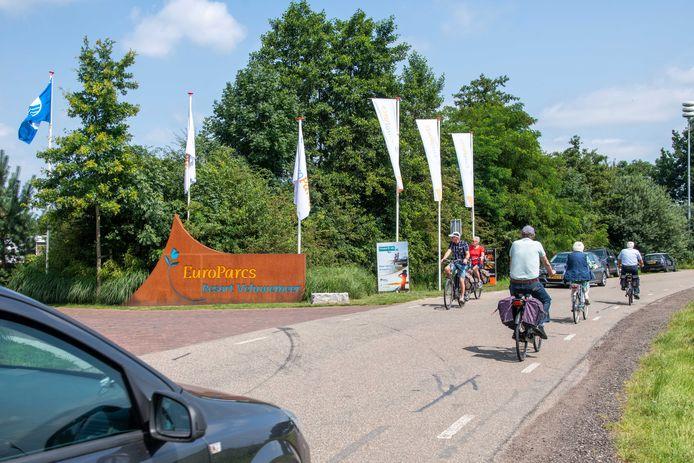Het is in deze drukke zomerperiode weer dringen geblazen op de Randmeerweg in Hulshorst.