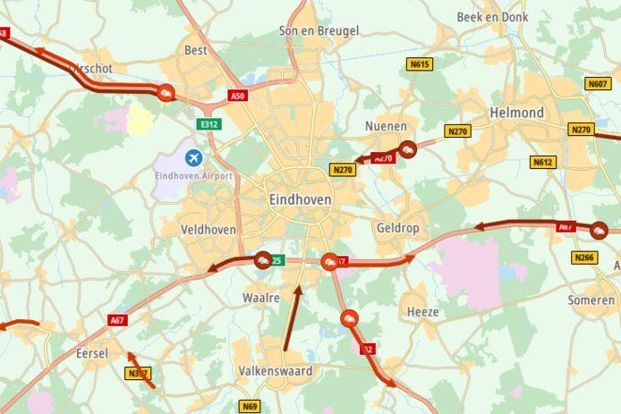 De A2 is inmiddels vrijgegeven, maar de files rondom Eindhoven houden aan. Vooral op de A58 in de richting van Eindhoven lopen bestuurders flink vertraging op.
