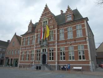 Dak van oud gemeentehuis ondergaat renovatie