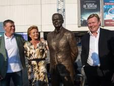 Ronald en Erwin Koeman onthullen standbeeld van vader bij stadion FC Groningen
