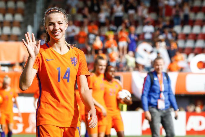 Jackie Groenen bedankt de supporters na de oefenwedstrijd van Nederland tegen Wales.