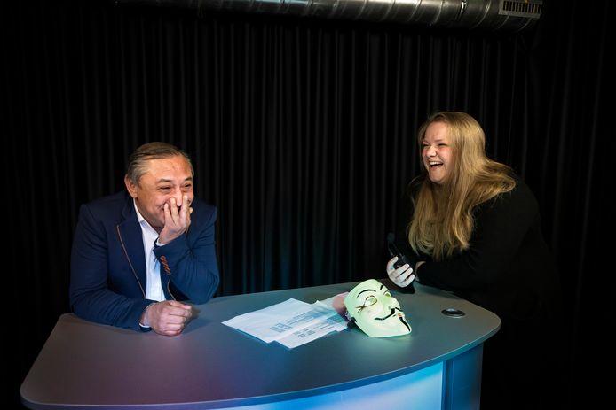 De onthulling van de mol waar presentator Ivan van Oosterhout tijdens de live uitzending van DMG verrast wordt door de bekendmaking van Noëlle van Bussel als de mol van Deurne.