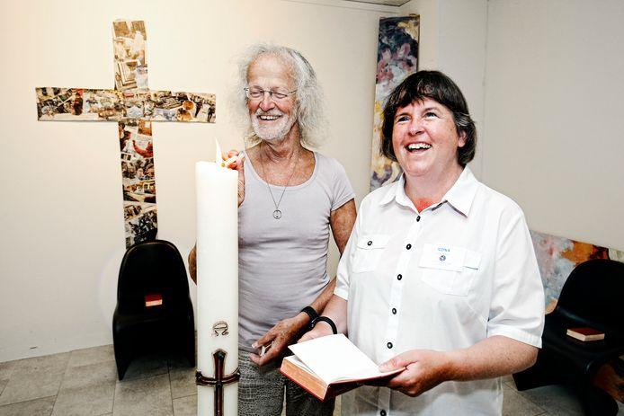 Coördinator Ilona Welleman en Henk Korff, voorzitter van de Utrechtse Stedelijke Raad van Kerken, steken een kaars aan.