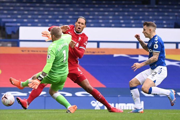 Van Dijk blesseerde zich in oktober vorig jaar in dit duel met Everton-doelman Pickford.