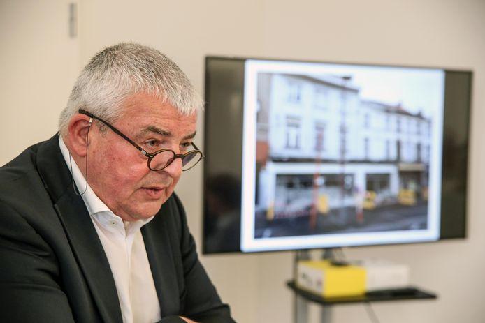 Burgemeester Eddy Lust wil met de sloop van verloederde panden zijn stad aantrekkelijker maken.