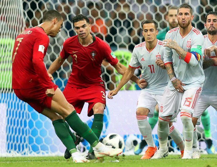 Cristiano Ronaldo krult een vrije trap binnen tegen Spanje. Beeld EPA