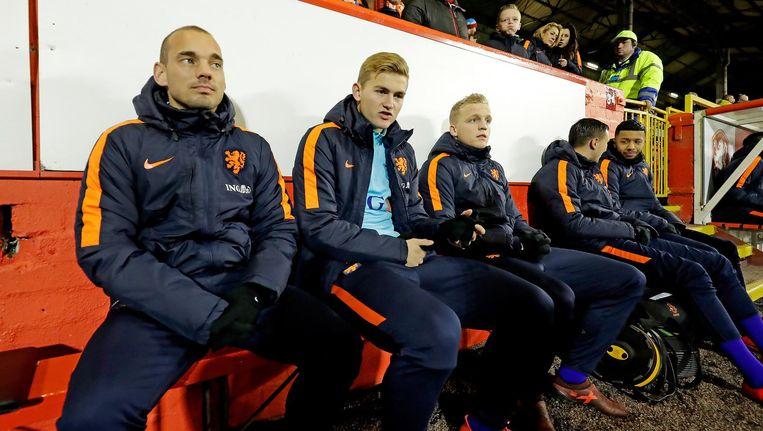 Tijdens de oefenwedstrijd tussen Schotland en Nederland moest Van de Beek (midden) nog op de bank blijven zitten. Beeld ANP