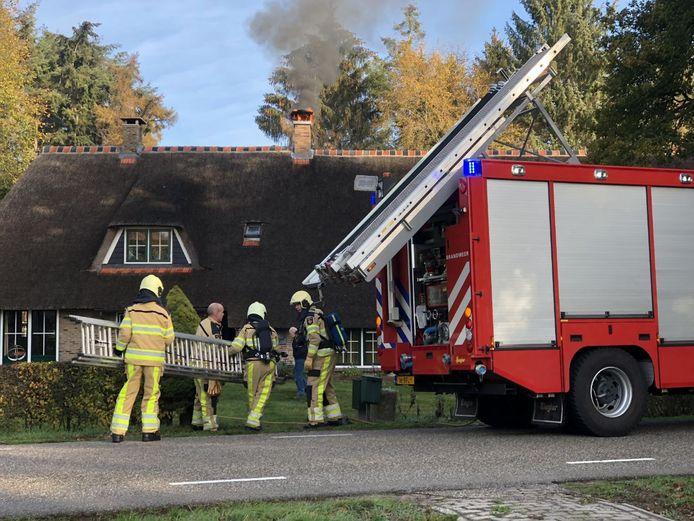 De brandweer in actie om een schoorsteenbrand in Ommen te bedwingen.