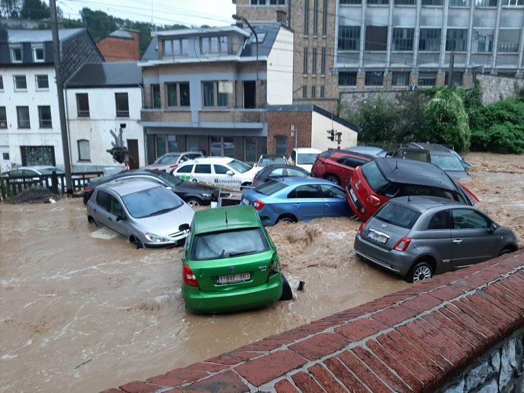 Auto's stromen op elkaar in het Belgische Dinant. Beeld BELGA_HANDOUT/Richard Fournaux - social media