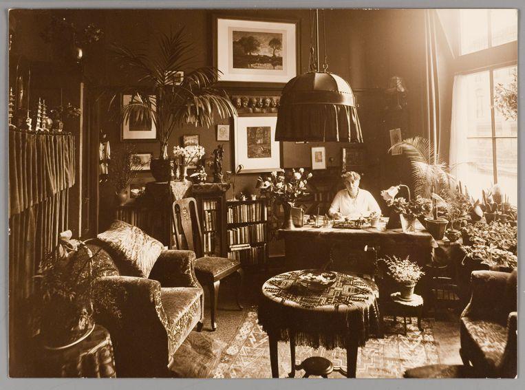 Henriëtte Pimentel in haar werkkamer, 1932   Beeld Collectie Joods Historisch Museum