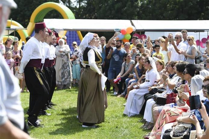 De Bosnische dansgroep Kud Hajr in actie in Almelo