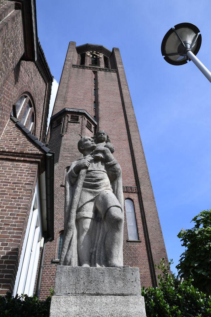 Voor de Broekhovense kerk in Tilburg staat een beeld van Christoffel, die Jezus naar de overkant brengt.