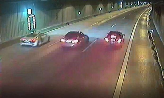 De drie voertuigen in de tunnel op de A46 bij Düsseldorf.